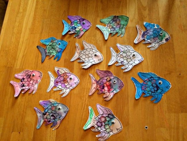 5 Must Do crafts for kids. These are beyond your regular paper and glue. Some of my favorite crafts!! #RoseArt #Ad #Spin&Sparkle