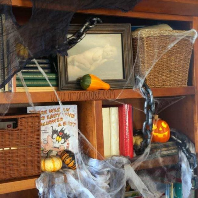 halloween-decor-bookshelf