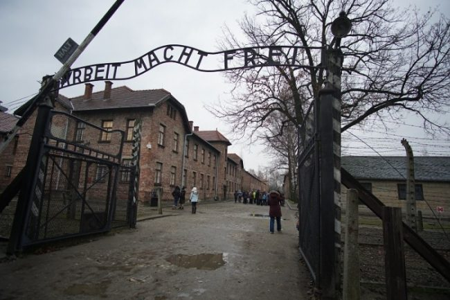 auschwitz entrance sign