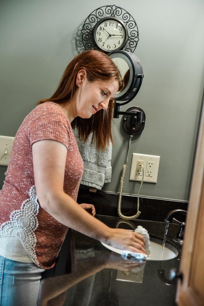 weekly bathroom cleaning tasks